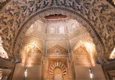 与安心的曲拱在历史样式,14世纪Madraza de格拉纳达,西班牙天花板  库存图片