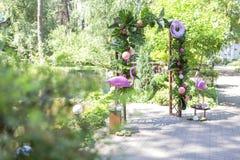 与安祖花花的桃红色假火鸟婚礼装饰和 免版税库存图片
