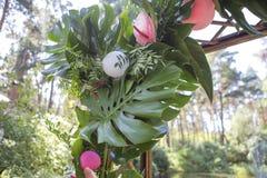 与安祖花花的桃红色假火鸟婚礼装饰和 库存照片