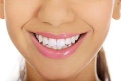 与完善的微笑的妇女的嘴 免版税库存照片
