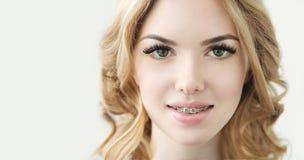 与完善的新鲜的皮肤、长的睫毛和牙的秀丽模型 免版税库存图片