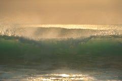与完善的波浪的日出 免版税图库摄影
