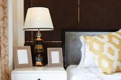 与完善的照明设备的卧室设计 库存照片