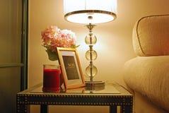 与完善的照明设备的温暖的家庭设计 图库摄影