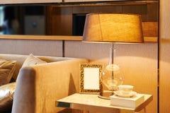 与完善的照明设备的温暖的家庭设计 库存图片