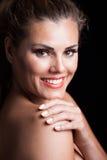与完善的白色微笑的白肤金发的秀丽妇女画象 免版税库存图片