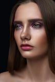 与完善的皮肤的时尚秀丽女性模型 免版税库存照片