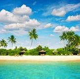 与完善的蓝天的热带海岛海滩 图库摄影