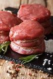 与宏观的成份的新鲜的未加工的小腓厉牛排牛排 垂直 免版税库存图片