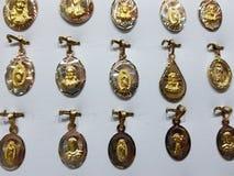 与宗教图象的金牌在首饰 免版税库存照片