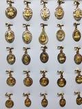 与宗教图象的金牌在首饰 库存照片