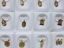 与宗教图象的金牌在首饰 免版税库存图片