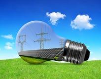 与定向塔的太阳电池板在电灯泡 库存图片