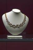 与宝石的项链在jewelery和手表品牌的时装模特x国际性组织陈列 免版税库存照片