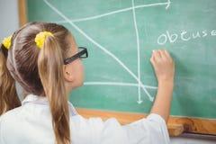 与实验室外套文字的学生在黑板在教室 库存图片