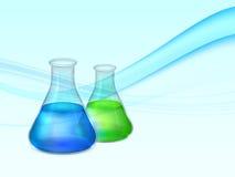 与实验室烧瓶的抽象背景有绿色和蓝色流体和泡影的 免版税库存照片