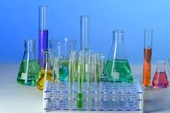 与实验室玻璃器皿的表 免版税图库摄影