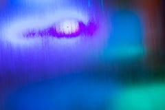 与审阅流动的水的各种各样的光的五颜六色的背景 免版税库存照片