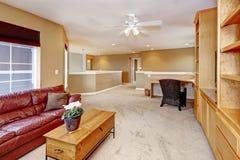 与客厅内部红色皮革沙发的大开放晴朗的空间 库存图片