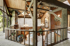 与客厅的现代木村庄房子内部 库存图片