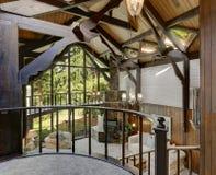 与客厅的现代木村庄房子内部 图库摄影