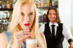 与客户机的Barista他的咖啡馆或coffeeshop的 库存照片