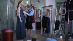 与客户的裁缝会谈适合的礼服的 股票录像