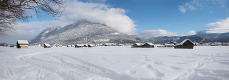 与客舱的梦想的多雪的谷底部在冬天 免版税库存图片