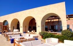 与室外休息室家具的大阳台在避暑胜地(希腊) 库存照片