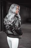与室外健康长的头发的俏丽的模型 免版税库存图片
