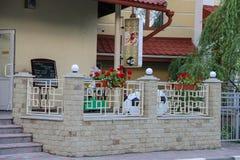 与室外大阳台的现代咖啡馆在乌克兰语Schodnica 免版税图库摄影