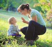 与室外她的婴孩的母亲戏剧 免版税库存图片