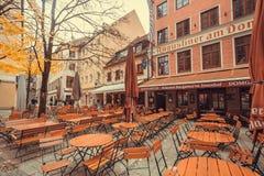 与室外桌的历史啤酒酒吧在老城市等待的顾客 免版税库存图片