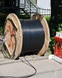 与室外的电缆的卷 库存照片