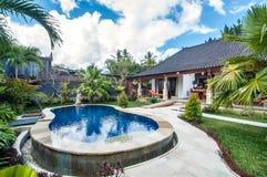 与室外的水池的豪华别墅 库存照片