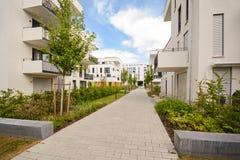 与室外设施,新的公寓门面的现代居民住房  库存照片