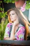 与室外长的红色的头发的美丽的女性画象 与明亮的色的女衬衫的真正自然红头发人在公园 画象 免版税库存图片