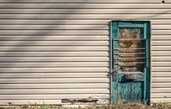 与室的老捣毁的蓝色门拷贝的 免版税库存图片