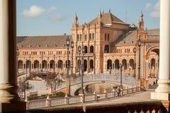 与宫殿的伟大的地标和在Plaza de西班牙,安达卢西亚的城市建筑学的例子的石桥梁  免版税库存照片