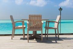 与家具的室外餐馆大阳台在海 库存照片