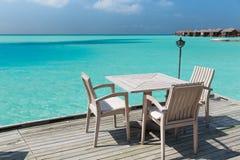 与家具的室外餐馆大阳台在海 图库摄影