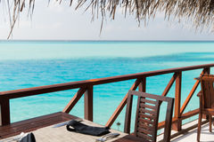 与家具的室外餐馆大阳台在海 免版税库存照片