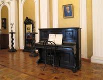 与家具的19世纪葡萄酒内部 免版税库存照片