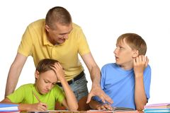 与家庭作业的父亲帮助的孩子 图库摄影