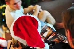 与家庭分享的圣诞节过去温暖的记忆亲人 免版税库存图片