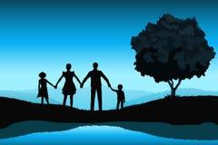 与家庭剪影的自然背景 免版税库存图片
