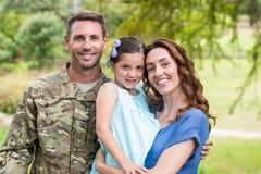 与家庭团聚的英俊的战士 免版税库存图片