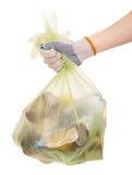 与家庭废物的包裹在白色隔绝的妇女手上 库存照片