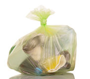 与家庭废物的垃圾袋在白色 免版税库存图片
