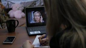 与家庭教师的妇女视讯会议膝上型计算机的在家 远程教育概念 网上教育在家 慢 股票视频